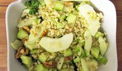 Salade de blé, concombre, pommes et noix