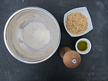 Crumble oignons sésame grenailles thym olives