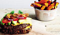 Burgers végétaliens et frites de légumes-racines