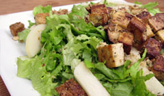 Salade verte tofu fumé, poires, croûtons aux herbes de Provence